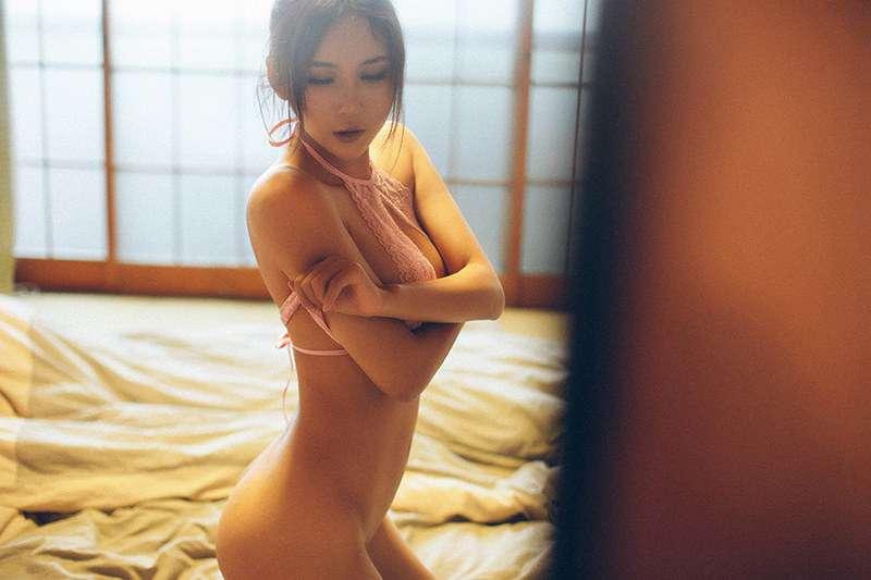 大奶美人尹菲私房唯美脱衣半裸照
