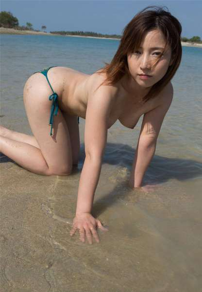 精致妹子海边比基尼写真