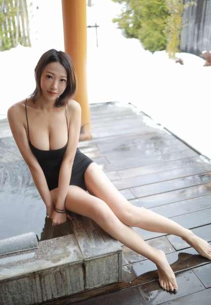 泳池里白嫩肉体小少妇