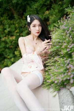 嫩模小热巴甲米旅拍粉色蕾丝内裤配蕾