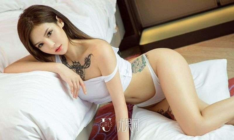 精致的女人沐恩白色背心黑色内衣