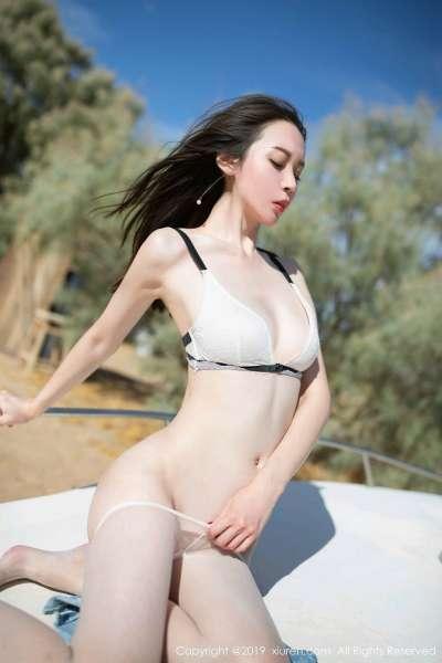 尤物美女梦心月户外游艇半脱内裤露丰满翘臀