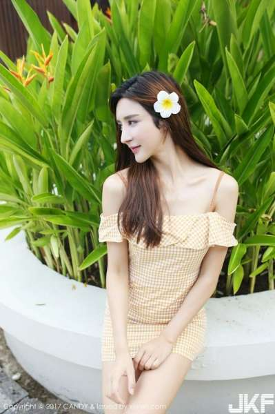 嫩模伊莉娜巴厘岛旅拍沙滩边红色性感比基尼秀完美身材写真
