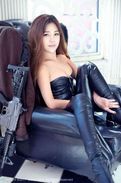 玩枪辣妹周予然腰肢纤细长腿秀美