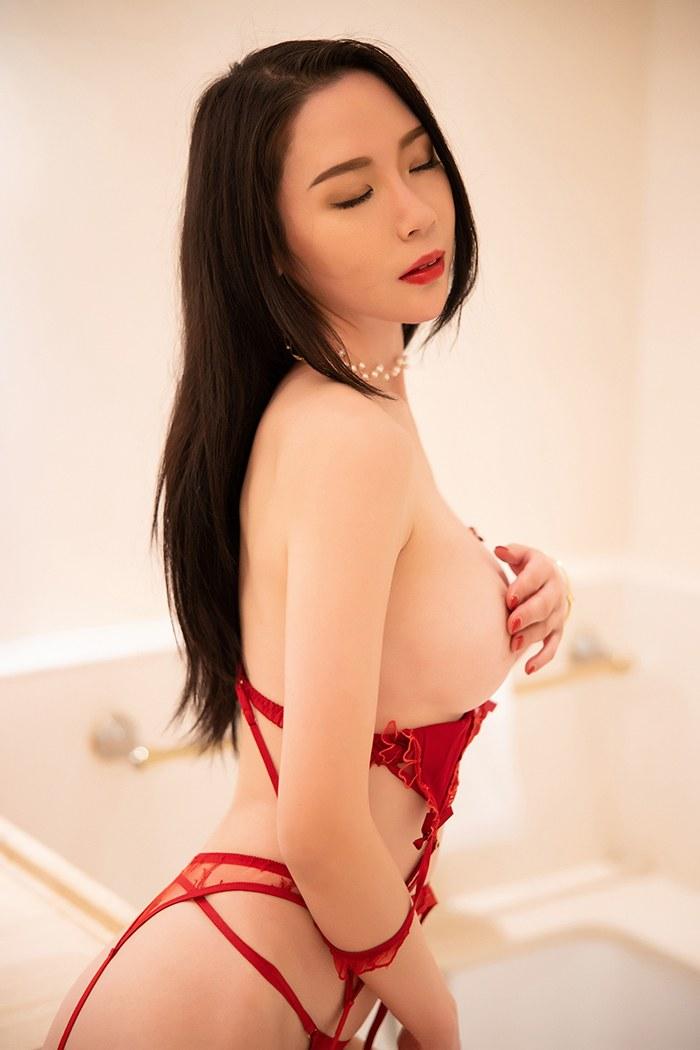 妖娆美女梦心月蕾丝情趣手遮美乳