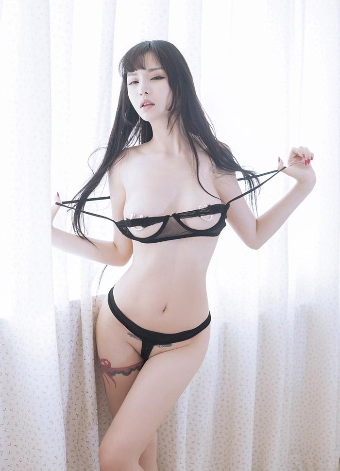 妖娆高挑美女颜瑜黑丝美乳情趣写真