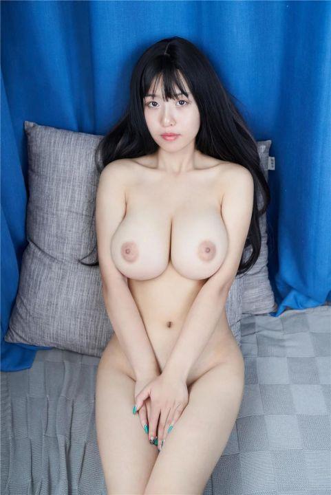 大奶骚模大尺度全裸人体艺术写真